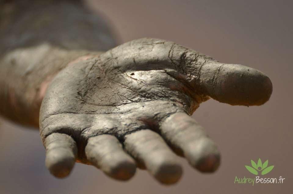 tendre la main pour accompagner
