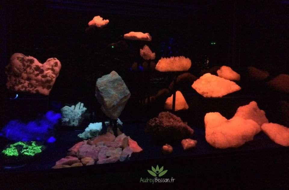 minéraux couleurs dans le noir lumière maison minéraux crozon