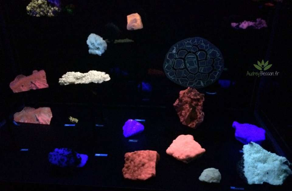 minéraux qui brillent dans le noir crozon