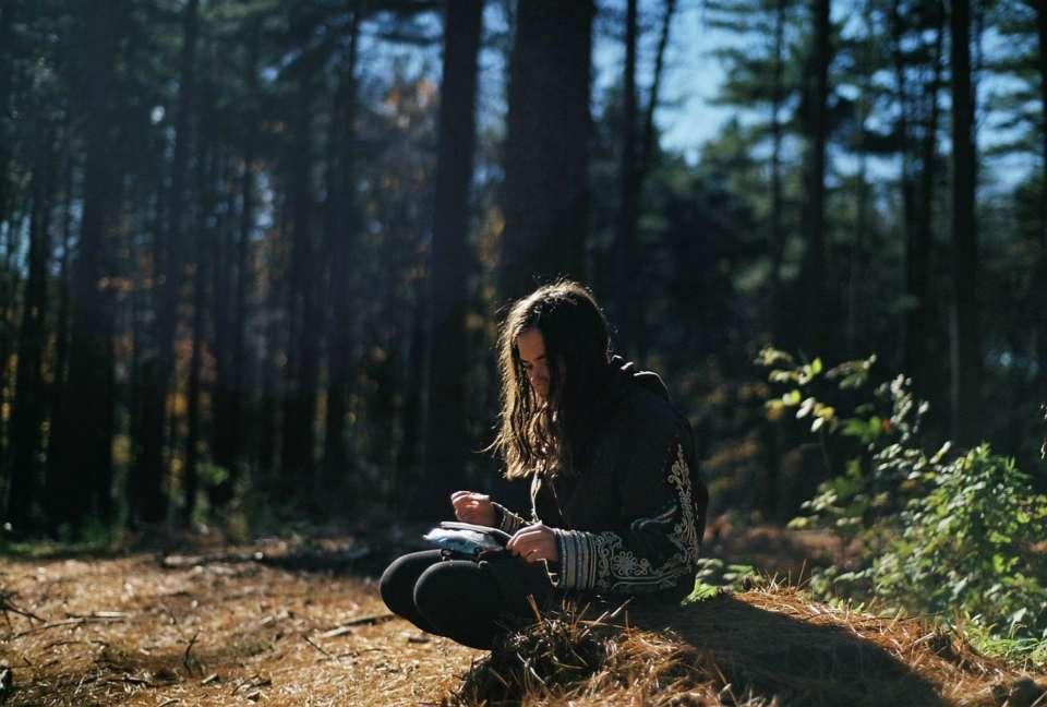 lecture-foret-automne-enfant-calme-detente