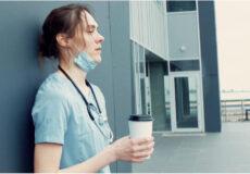 Top 10 Des Événements De La Vie Les Plus Stressants L'échelle De Stress Holmes Et Rahe Femme Buvant Son Café Épuisant Infirmière Pres D'un Mur